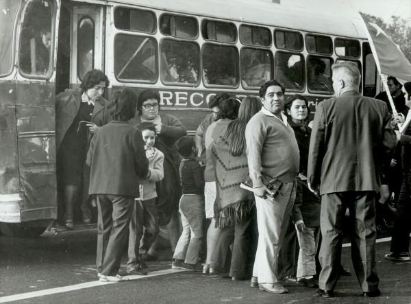 Pasajeros abordando una micro «Recoleta-Lira», c. 1970