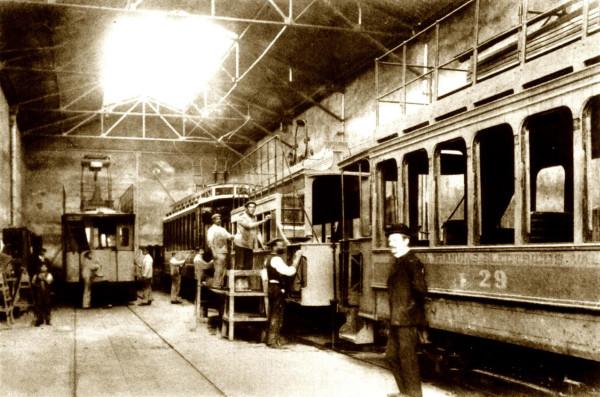 Trabajadores en depósito de tranvías calle Independencia, c. 1920.Autor desconocido.