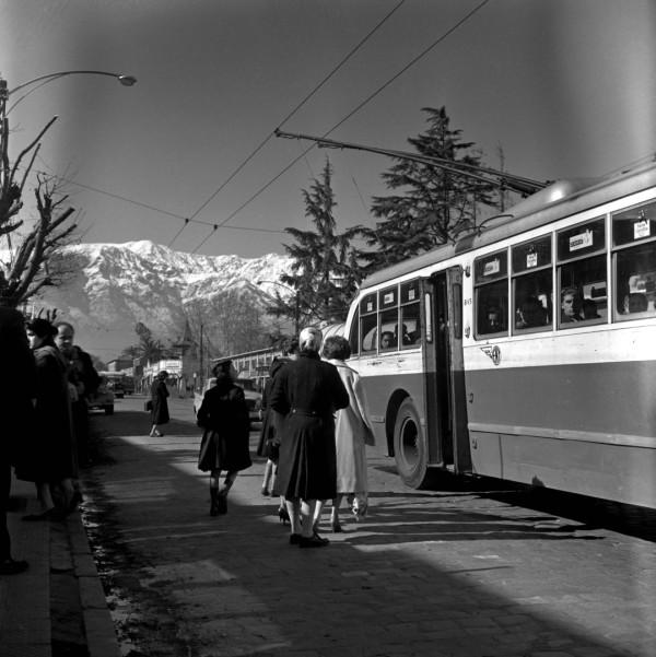 Trolebús de la ETCE por av. Irarrázaval, c. 1955