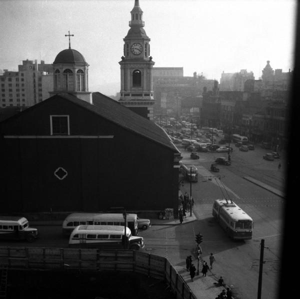 Trolebús de la ETCE y locomoción colectiva en Alameda esquina San Francisco, c. 1970
