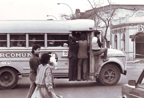 Microbús Intercomunal 24 en av. Vicuña Mackenna esquina Grecia, 1987