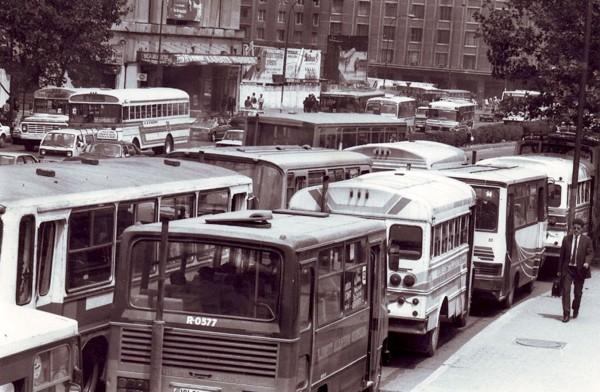 Congestión de microbuses por Alameda frente a la Biblioteca Nacional, 1991