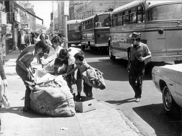 Microbuses por calle céntrica, c. 1980