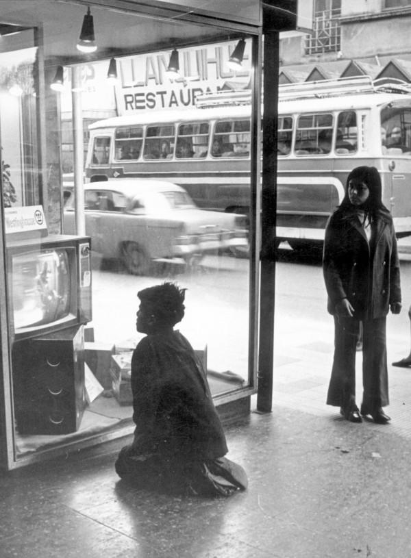 Microbús por calle céntrica, c. 1980