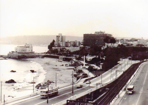 Trolebús en sector Caleta Abarca, c. 1960.
