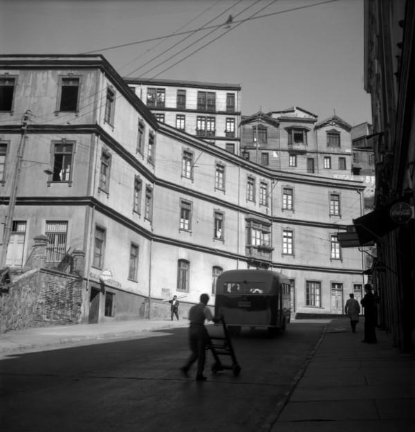 Autobús en dirección a los cerros de Valparaíso c. 1950