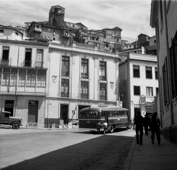 Autobús subiendo al cerro Monjas c. 1950.