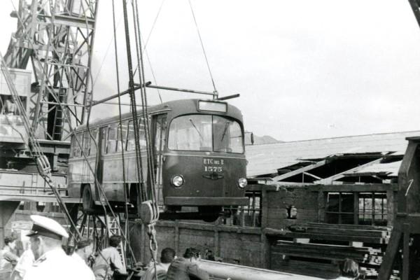 Descarga de buses OM para zonal norte de la ETCE, 1957.
