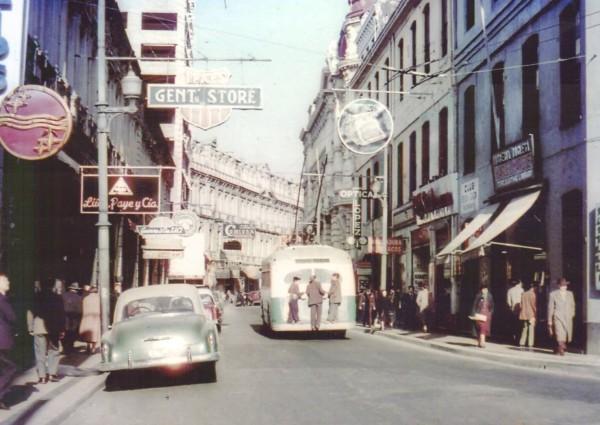 Trolebús por calle Esmeralda, c. 1960.