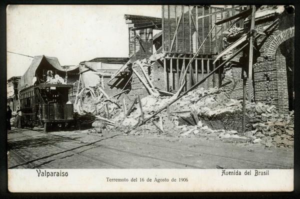Tranvía en medio de destruida Av. Brasil. 1906.