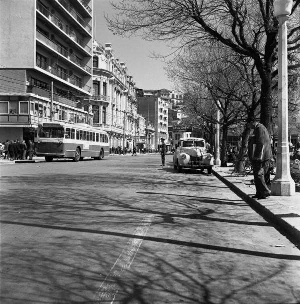 Trolebús a un costado de Plaza Victoria c. 1950
