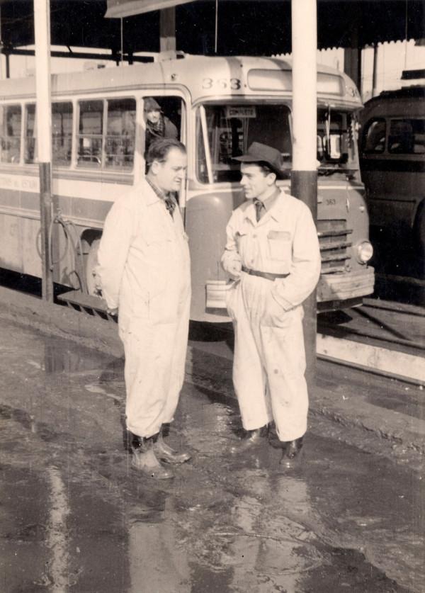 Isidro Más junto a trabajador en fábrica Berliet, 1953