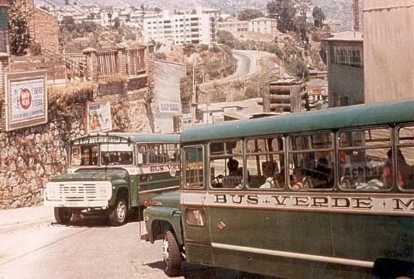 Micros Verde Mar en subida Lastarria (Portales rumbo a cerro Esperanza), Valparaiso, c1975.
