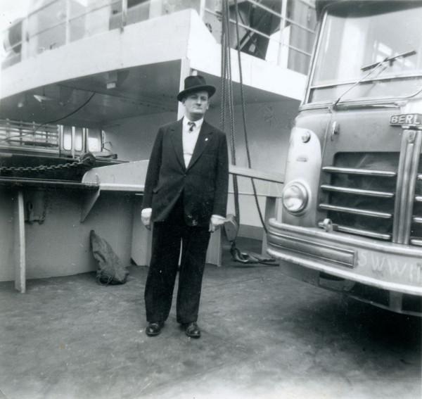 Isidro Mas posando junto a buses Berliet con destino a Chile, 1953