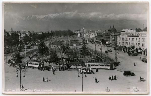 Tranvías, góndolas y otros vehículos en Plaza Venezuela, c.1935