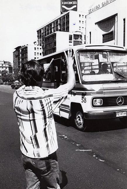"""Sapo"" (controlador de tráfico informal) en Alameda Bernando O´Higgins, 1990"