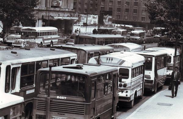 Hilera de autobuses en Alameda Bernado O´higgins, 1991