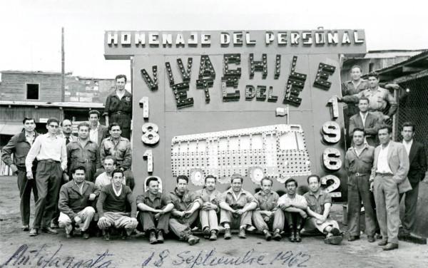 Trabajadores de la ETCE junto a letrero, 1962.
