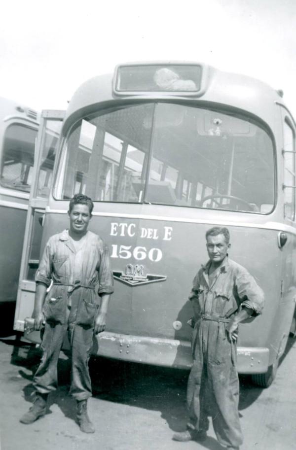 Trabajadores de la ETCE frente a un bus OM, c. 1960
