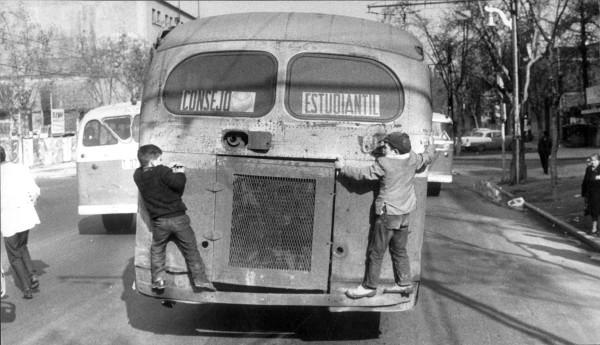 Niños colgando de autobús ETCE, c. 1965.