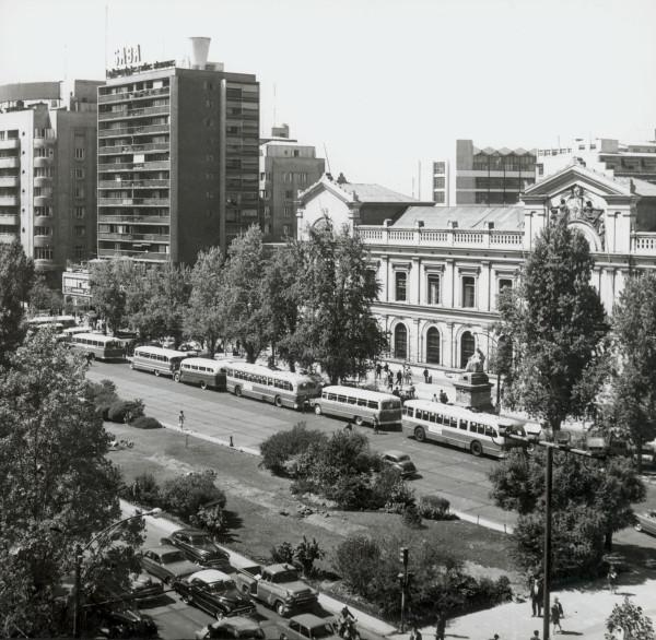 Hilera de autobuses ETCE y particulares en el frontis de la Universidad de Chile, c.1970
