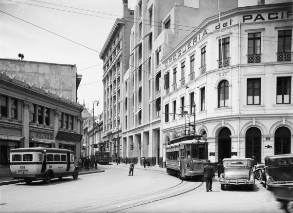 Góndola y Tranvía por calle Esmeralda, plaza Anibal Pinto, Valparaíso, c. 1930