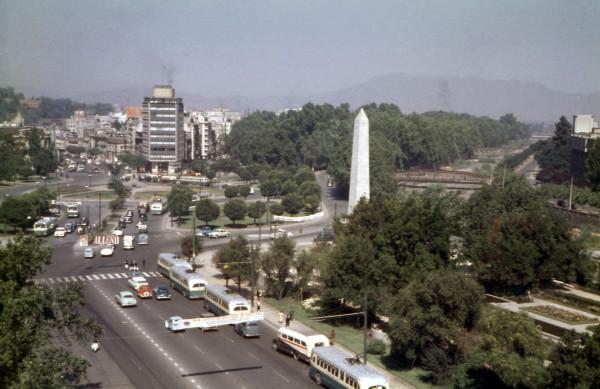 Hilera de trolebuses ETCE y góndolas particulares por plaza Baquedano, c. 1960.