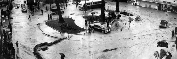 Trolebús y automóviles por plaza Echaurren, Valparaíso c.1960