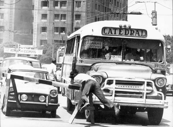 Micro Catedral bloqueada por manifestante en Plaza Baquedano, c. 1970