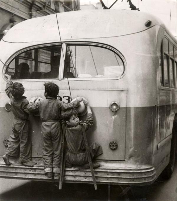 Niños en trolebús, c. 1955.